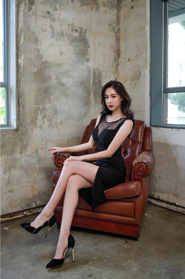 黑色连衣裙小姐姐性感甜美,慵懒简约的气质,女人味十足