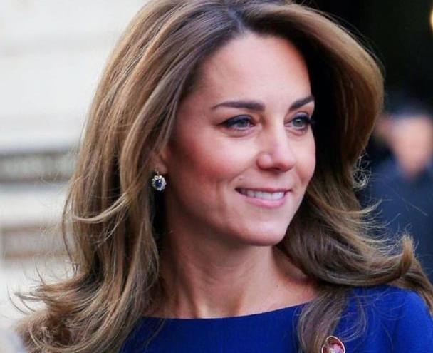 凯特王妃穿宝石蓝裙子,尽显苗条身段,优雅知性美出新高度