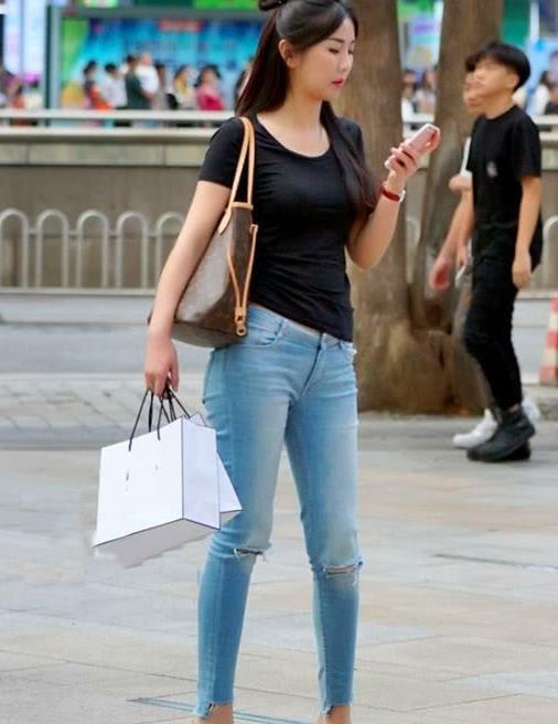 街拍,百搭款式的高跟鞋穿在时尚美女脚下,展现成熟完美气质
