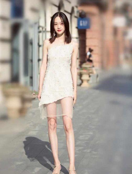 街拍:美女小姐姐穿蓝色紧身上衣,凸显傲人上围,浑身散发女人味