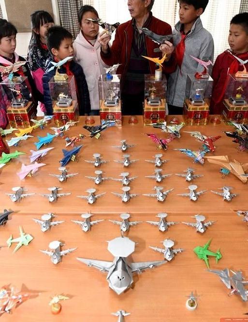 成都牛人!75岁退休教师钻研60年纸飞机 折出上万架纸飞机编队