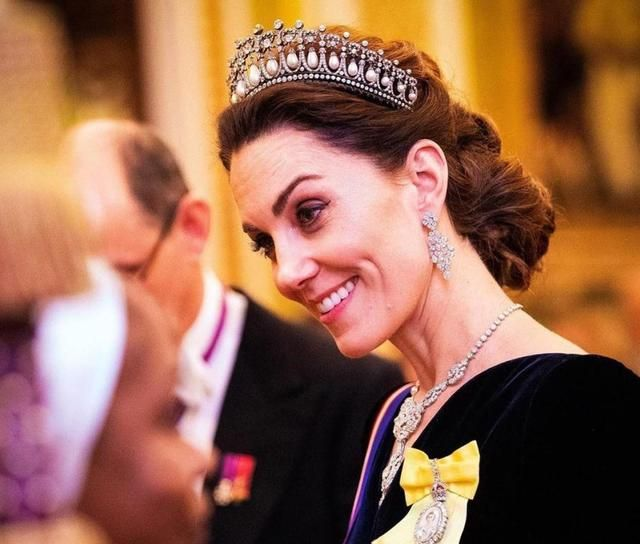 凯特王妃穿搭不再低调!效仿女王全身披挂,金银首饰一应俱全