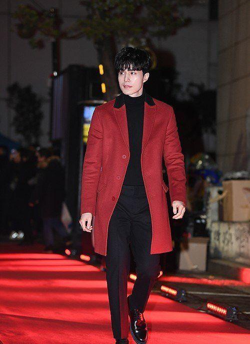 """李栋旭身穿红色呢大衣亮相活动!走在红毯上如""""行走的衣架子""""!"""