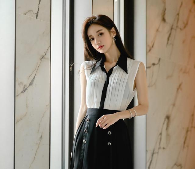 白色上衣搭配黑色双排百褶裙,气质脱俗,颜值高,女人味十足!