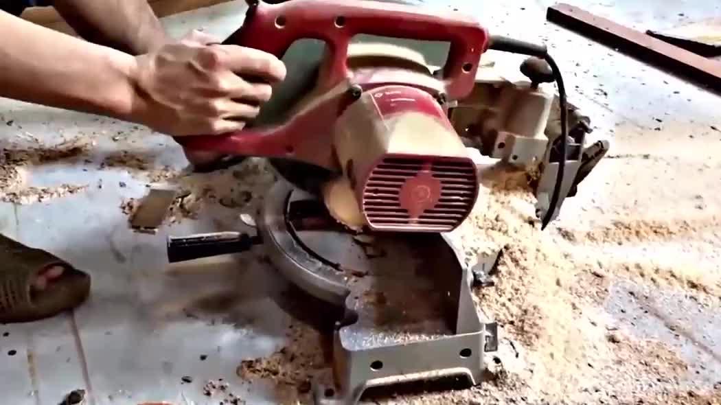 小伙把木头锯成小块,拼一起后倒入环氧树脂,成品果然没让人失望