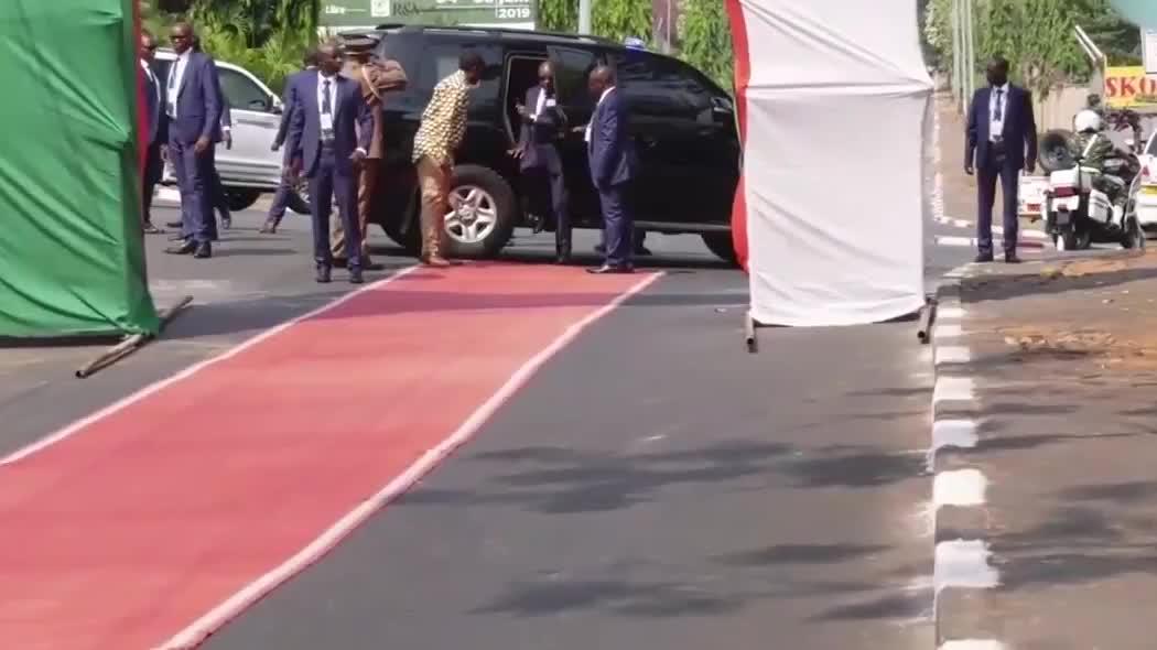布隆迪士兵接受检阅,保镖全程护送首长,阵势非常拉风!