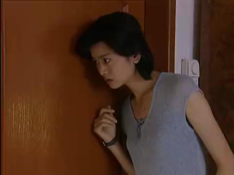 美女躲在厕所里不让姐姐发现,她在隐瞒着什么事
