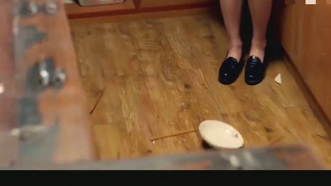 姑娘真是傻得可爱 ,给朋友做饭拖鞋都能放菜里!