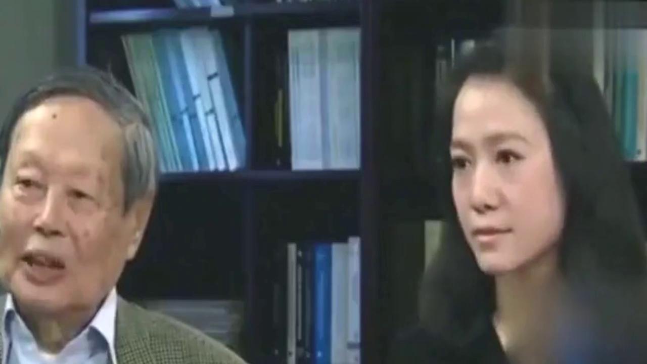 41岁翁帆近照曝光,与杨振宁牵手逛商场,却让人莫名心疼