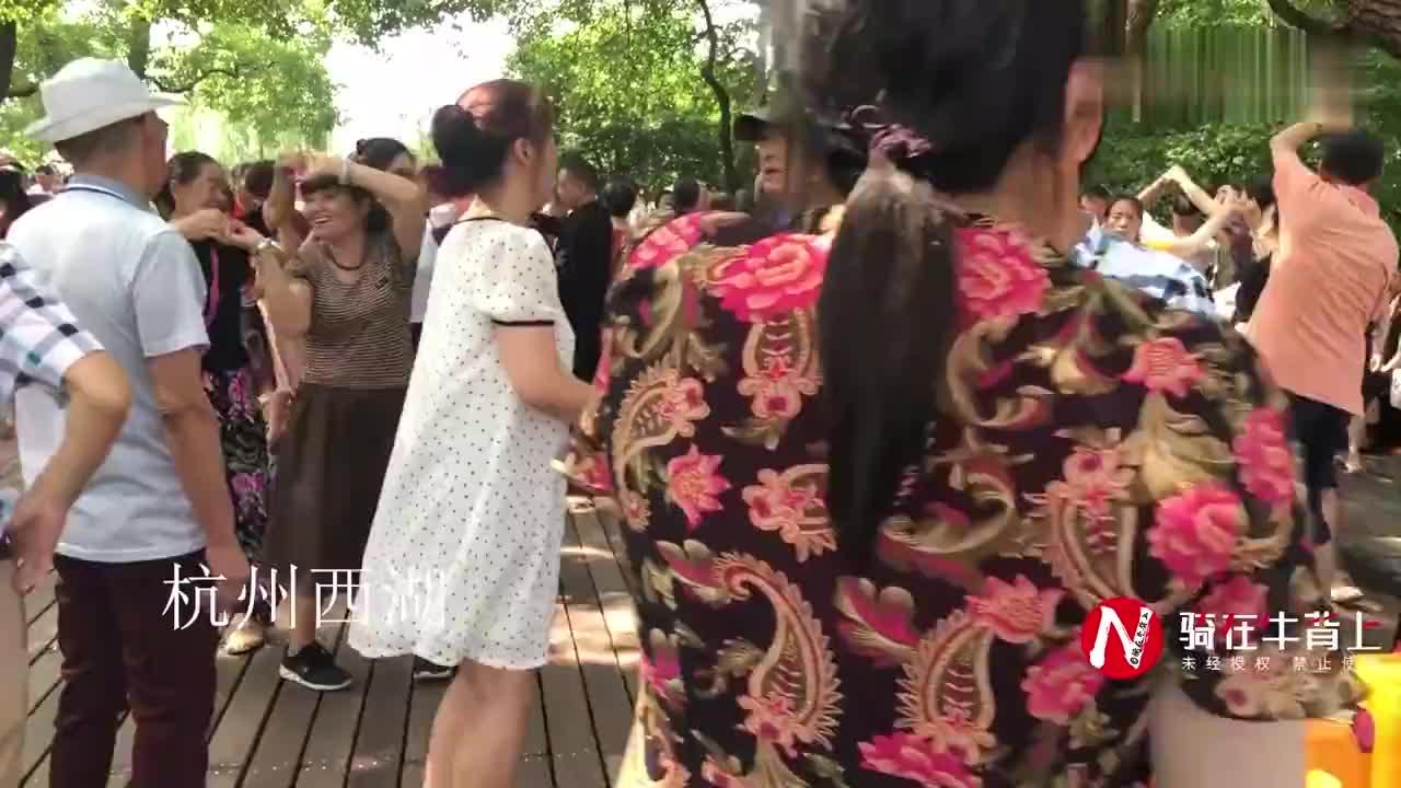 杭州西湖成露天舞池大爷大妈跳交谊舞游客纷纷加入一起跳
