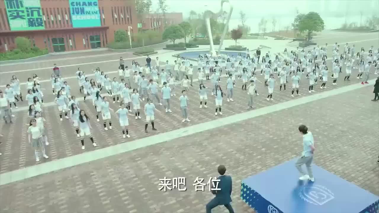 明星同学带领学生们跳舞体育老师跳的最嗨请注意形象