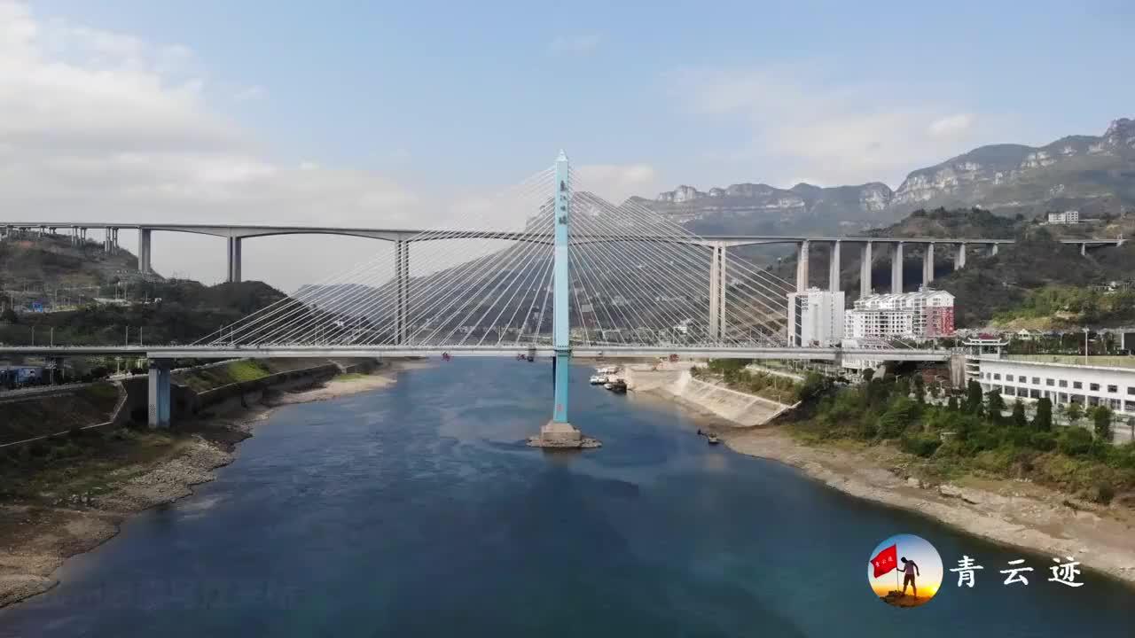 航拍贵州大山里的一个小县城竟有如此漂亮的大桥美丽又壮观