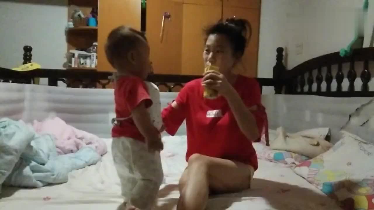 妈妈喝奶趁机逗儿子结果儿子开口喊妈妈了大家说他棒不棒