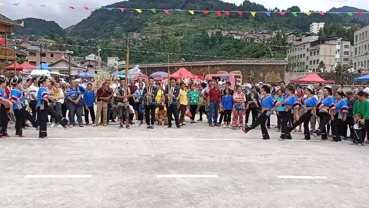 芦笙舞比赛该水族队伍芦笙手原地吹女子伴舞是亮点