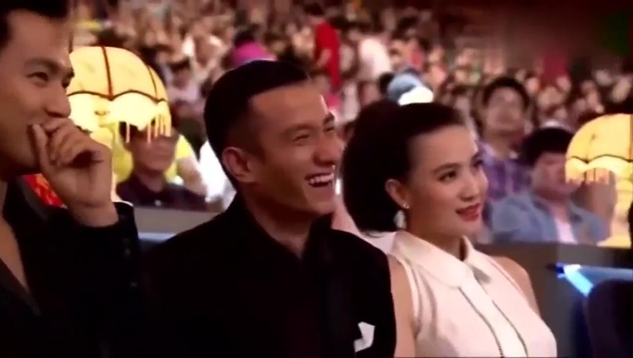 刘威在台上调侃杨幂,文章张口大笑,杨幂都害羞了