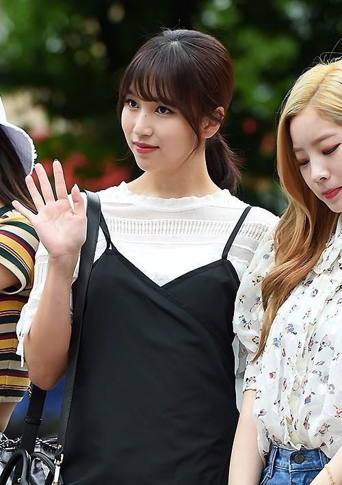 韩国女团TWICE参加了KBS《音乐银行》节目的彩排