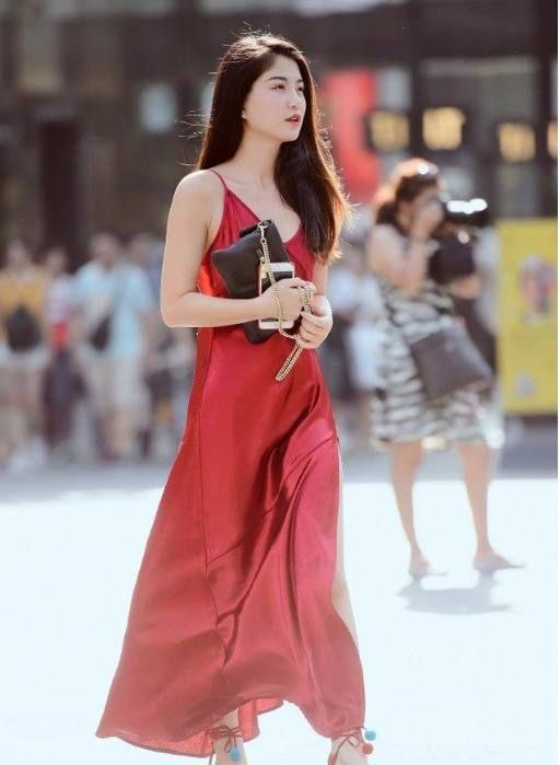 镜头下:吊带红裙长腿美女的诱惑,摄影大哥一路就是追着别人拍!