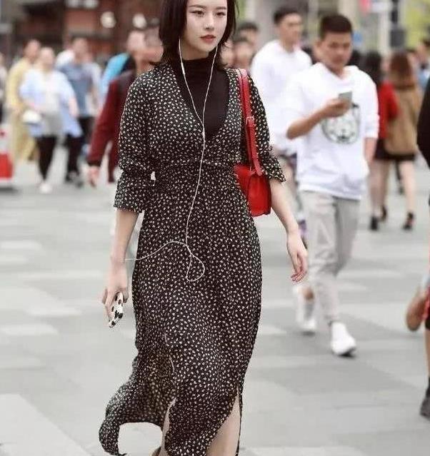 街拍:貌似天仙的小姐姐,一件印花旗袍,走在街上性感又有女人味