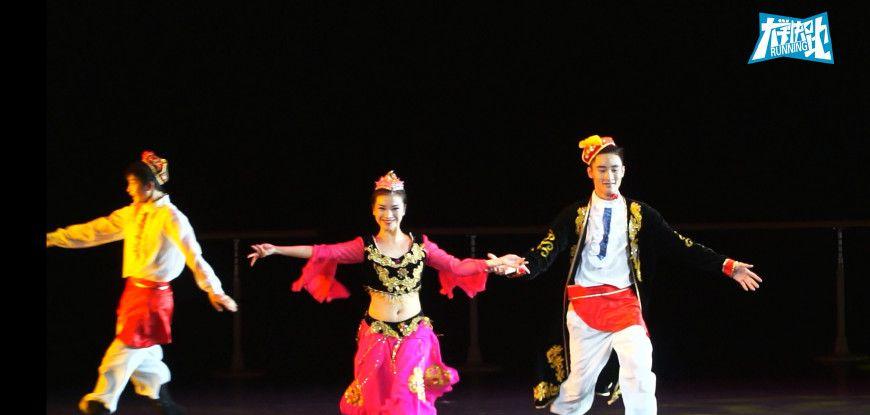 这些舞蹈系毕业生,在晚会现场表演的这支新疆舞,很好看