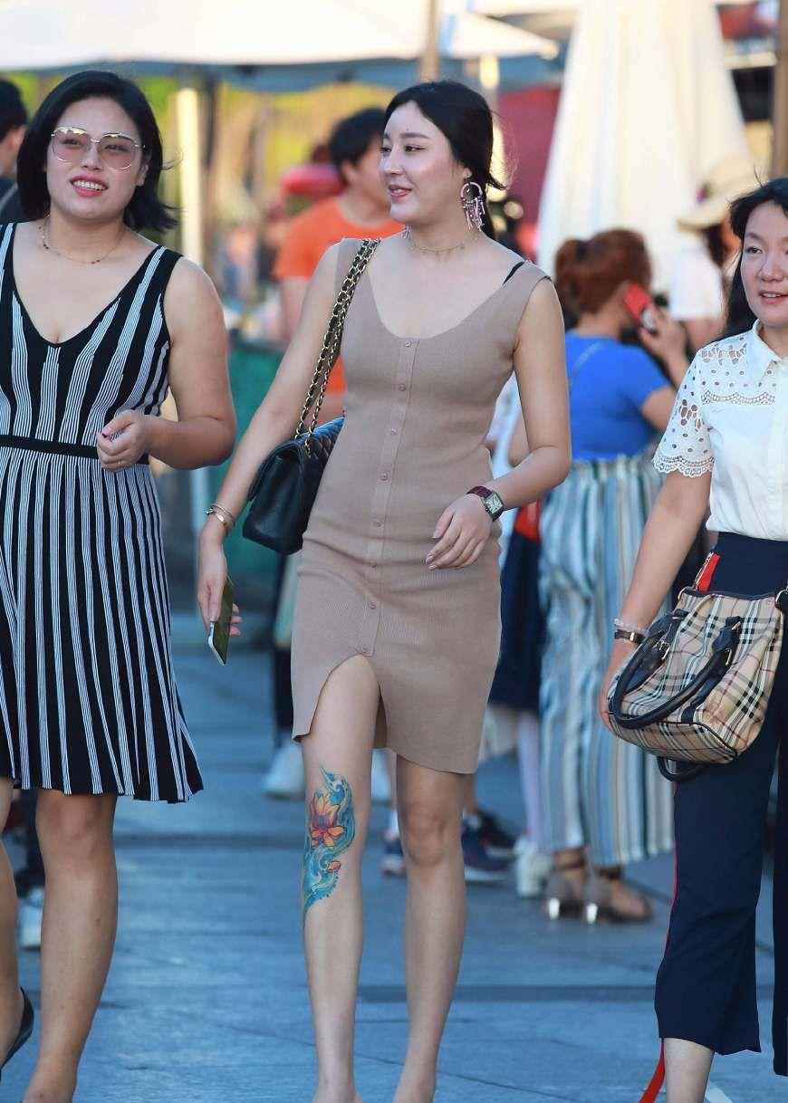 街拍:小姐姐裸色针织连衣裙出街,虎背熊腰气宇轩昂