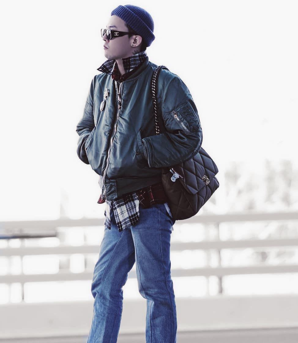 权志龙机场素颜照,绿色棒球服搭配牛仔裤,时尚的香奈儿男孩