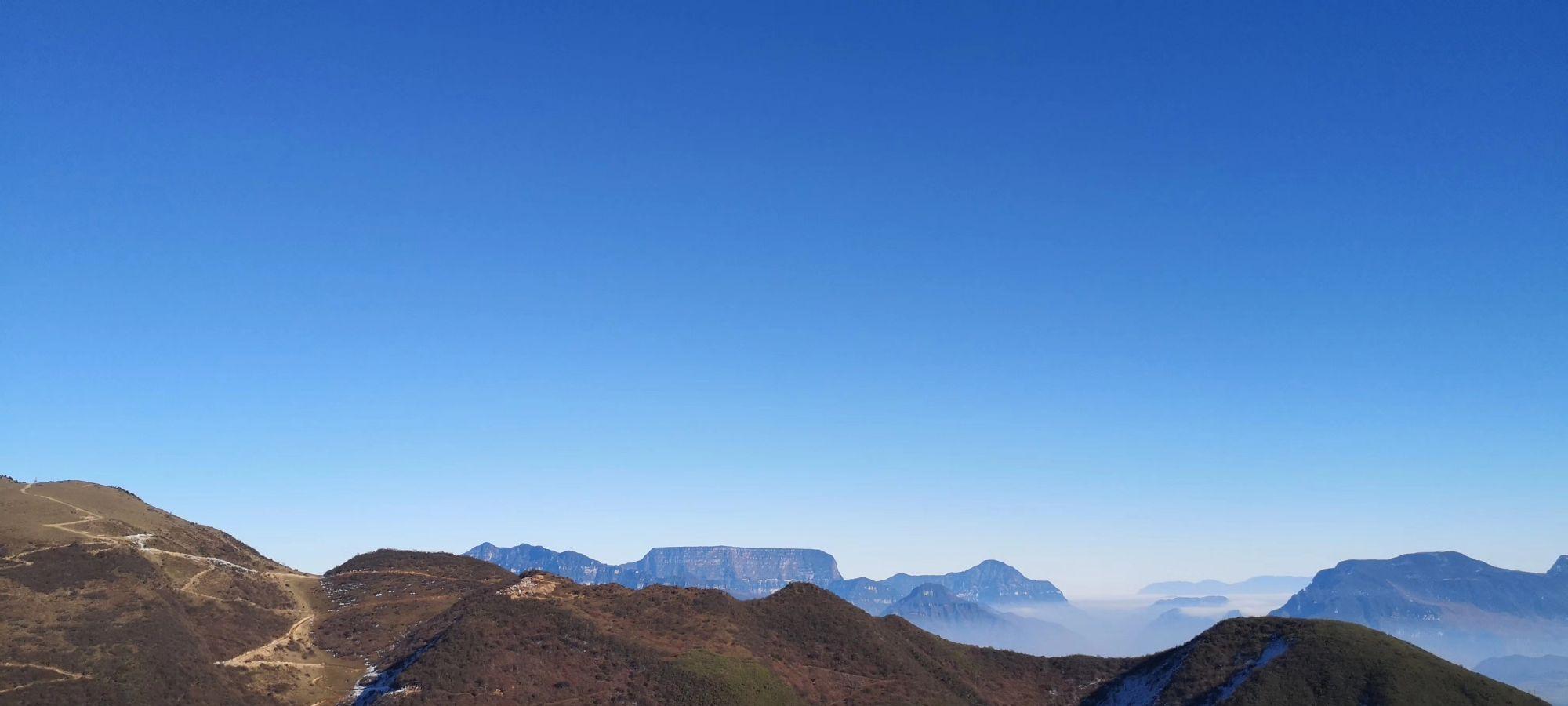 四川汉源轿顶山:冬日雪后,蓝魅的群山