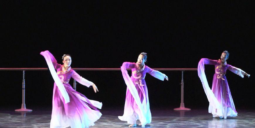 舞蹈系美女表演古典舞,曼妙的舞姿让人很难忘