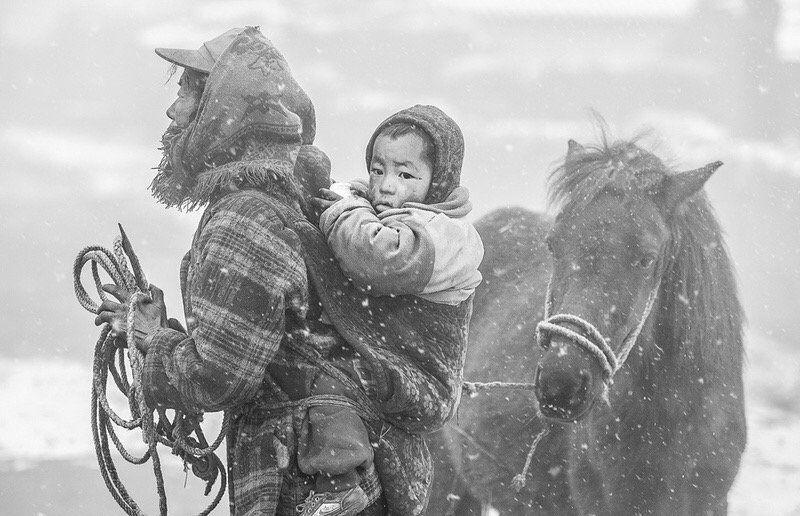 人文纪实摄影:情系大凉山系列之风雪回家路