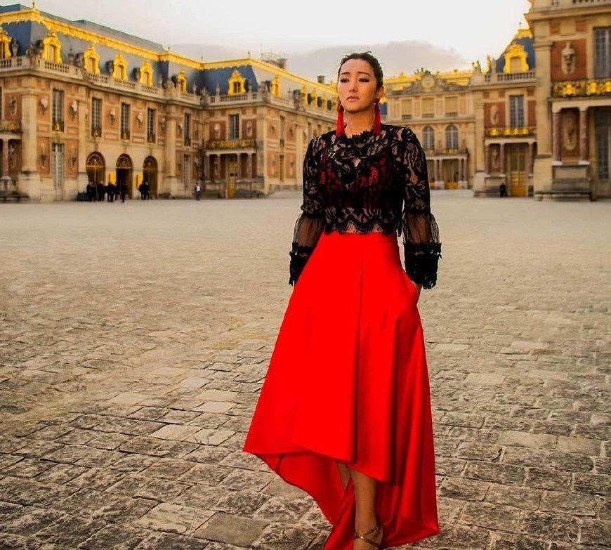 巩俐在凡尔赛宫出席晚宴,黑色上装红色长裙尽显优雅大方