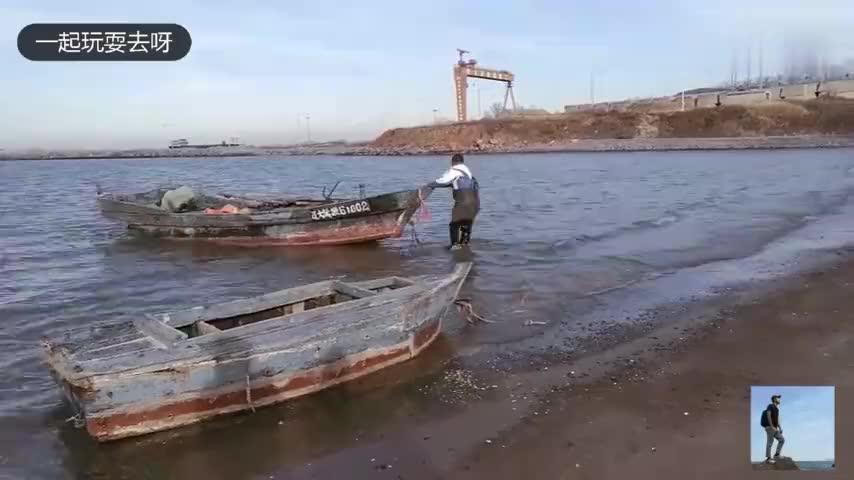 看大叔是如何将渔船弄上岸准备冬休啦大连市旅顺三涧堡子
