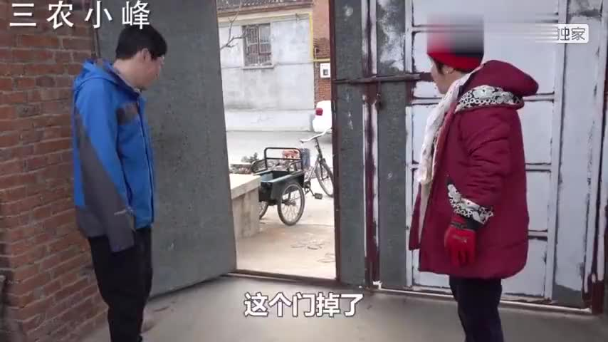 农村小伙帮奶奶焊大铁门发生啥突发情况把媳妇急的直叫