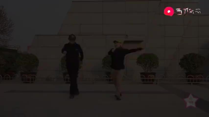大哥大姐跳动感曳步舞太得劲两人舞技不相上下看得人目不暇接