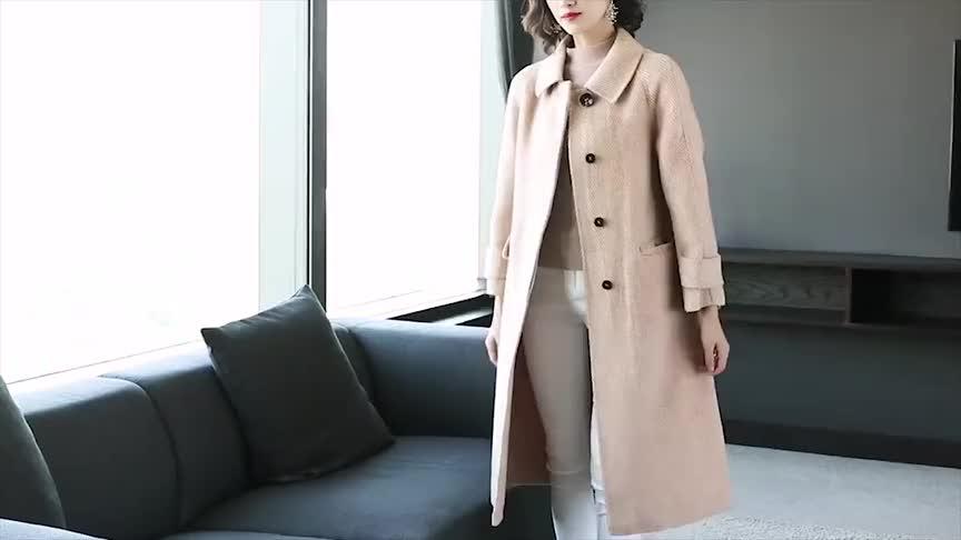 小姐姐这样穿简直太美了赫本风大衣加毛衣分分钟减龄活力满满