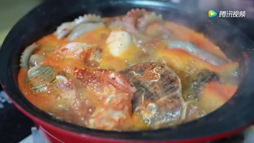 秀彬小姐姐吃超大份海鲜锅烫的她直吧唧嘴馋的狗子在一旁看