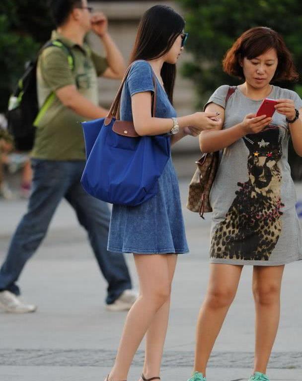 路人街拍:穿着牛仔色连衣裙的时尚美女,清纯气质很养眼!