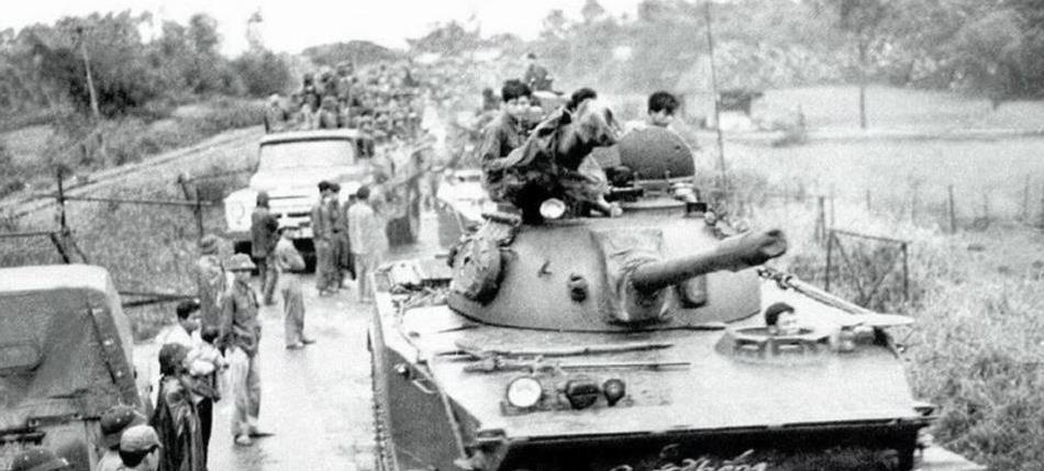 1975年,北越军队发动大反攻,坦克开路,装备十分精良
