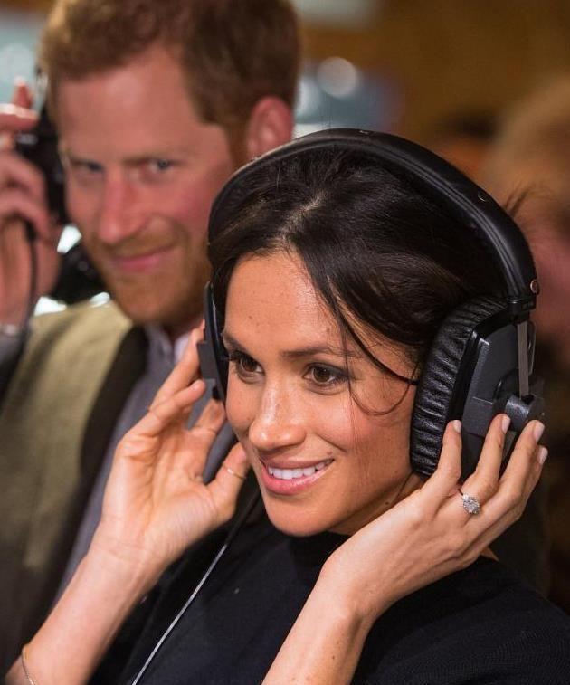 看完哈里王子深情看梅根画面,再看她看对方