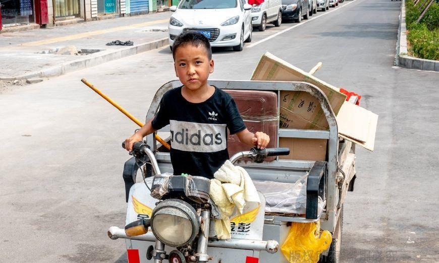 河南农村8岁小孩不简单:帮助环卫工父亲扫地捡废品,驾驶电动车
