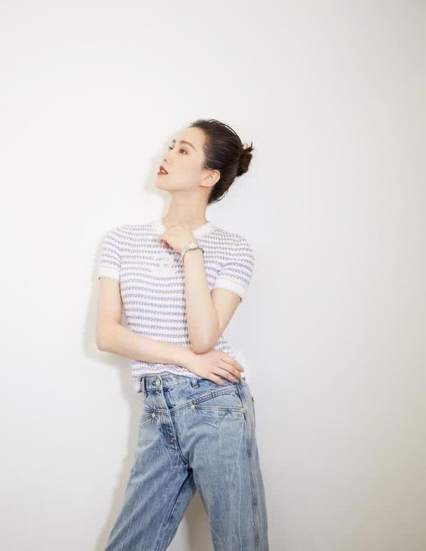 32岁刘诗诗气质真好,穿条纹针织衫配牛仔裤飒爽清新,哪像孩子妈