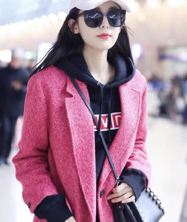 娜扎的神仙颜值太服气,粉色都能穿出高级感,又时尚还非常减龄