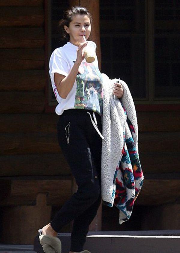 比伯订婚后绯闻男友现身,傻脸娜T恤搭运动裤完美展现随和魅力