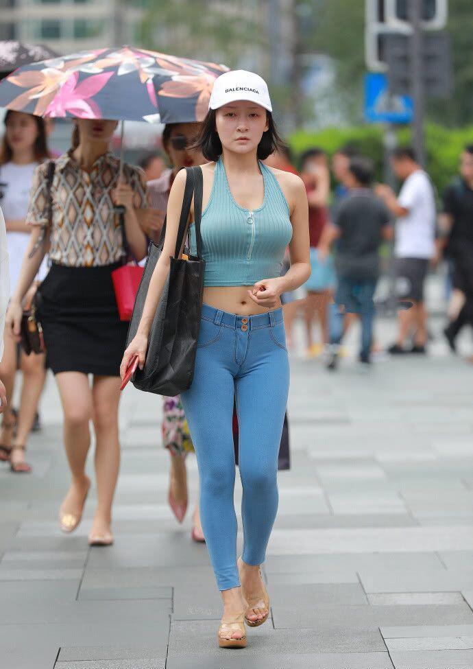 街拍:俊美气质型的妹子,丰腴有致,让人看着艳丽的穿着!