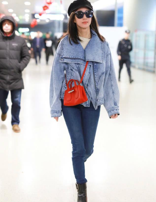37岁张钧甯走机场,穿搭随性没想秀身材,奈何牛仔裤自带长腿效果