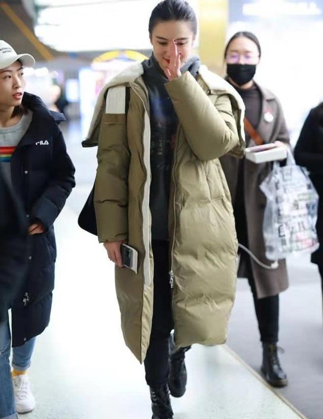 39岁宋佳认真过冬天,长款羽绒服穿的像走秀,大长腿挡也挡不住