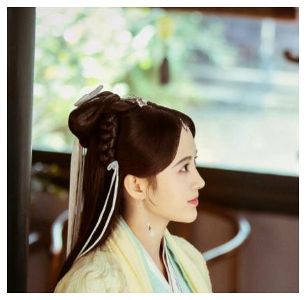 她出演韩芸汐走红,凭借《想你了》获得金曲奖,如今发展大红大火
