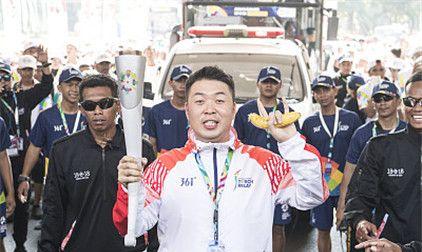魏晨、王铮亮参加雅加达亚运会火炬传递,杜海涛拿香蕉憨笑比手势