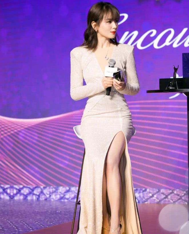 41岁的刘涛皮肤白皙透亮,身穿银白色礼服,高贵又典雅