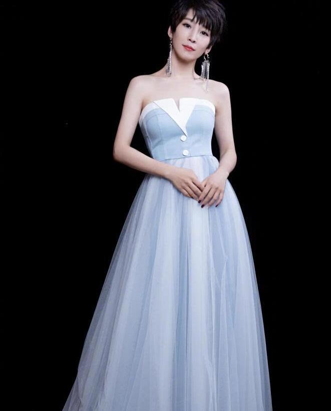 谁说短发没有女人味?谢楠短发搭配蓝色抹胸裙性感精致,优雅高贵