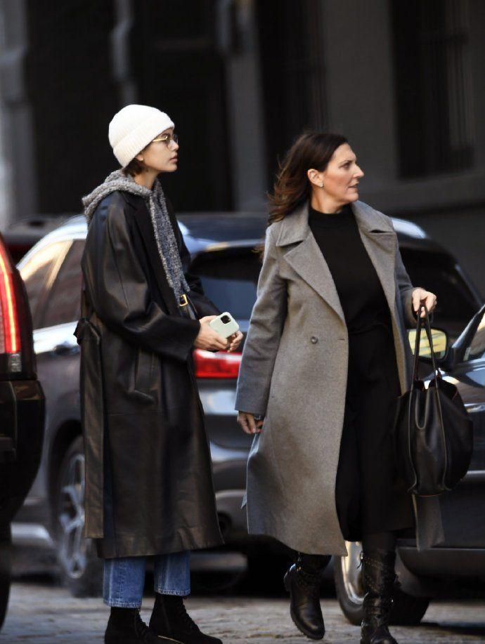 长腿妹妹出街购物啦,黑大衣+牛仔裤,很接地气的造型