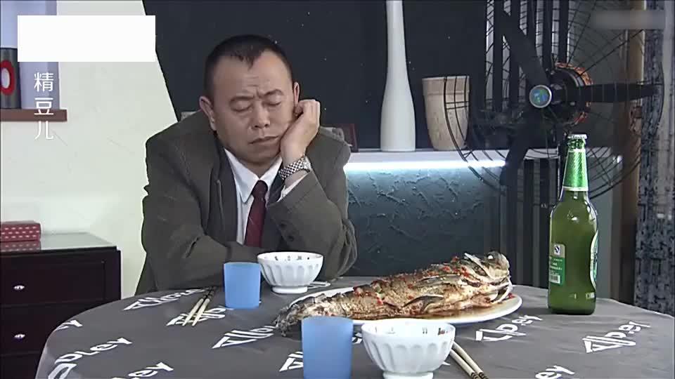 小伙请客吃饭,菜准备好客人还没来,本想偷偷尝个味道谁知全吃光